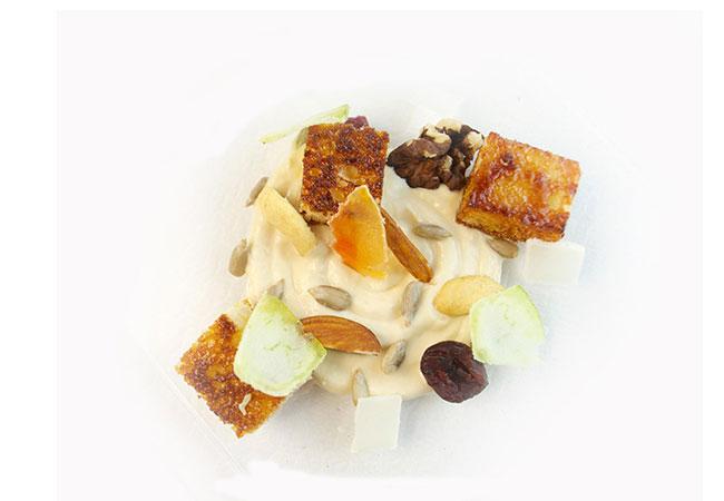 rondò-di-crema-di-yogurt-e-liquirizia-con-pan-brioche-e-frutta-secca