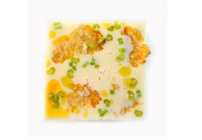 zuppa-di-yogurt,-quinoa-soffiata-e-croccante,-insalta-di-frutta-e-verdura-con-gocce-di-olio-al-peperoncino