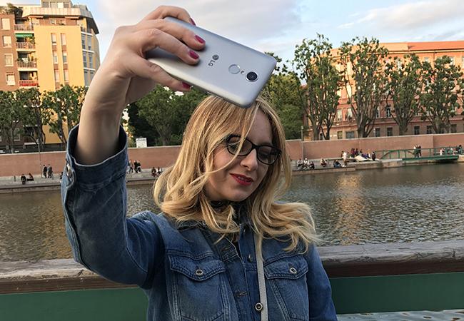 lg k8 smartphone design lifestyle batteria display fotocamera selfie darsena milano blondesuite